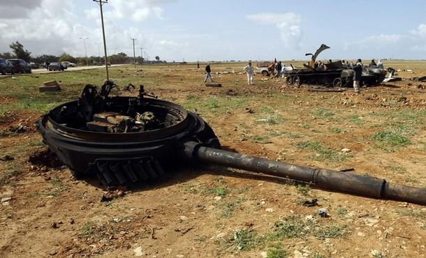 ماهو سر سحق الدبابات الامريكية و البريطانية للدبابات العراقية في الحرب ?? - صفحة 3 Destroyed-tank-Gaddafi-T-72-NATO-aviation-Bengazi.