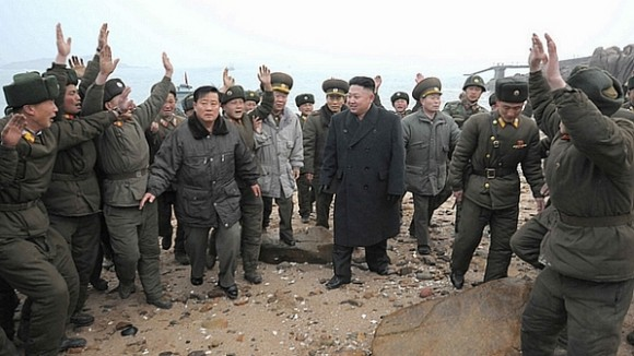 Coreia-do-norte-kim-jong-un-e-soldados - foto Reuters via Veja