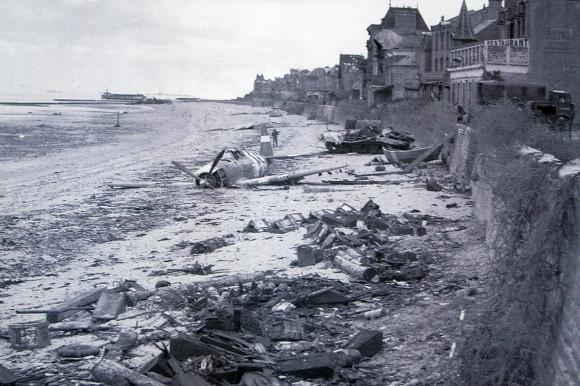 Dia D 70 anos - praia com avião caído 1944 - foto via ibtimes