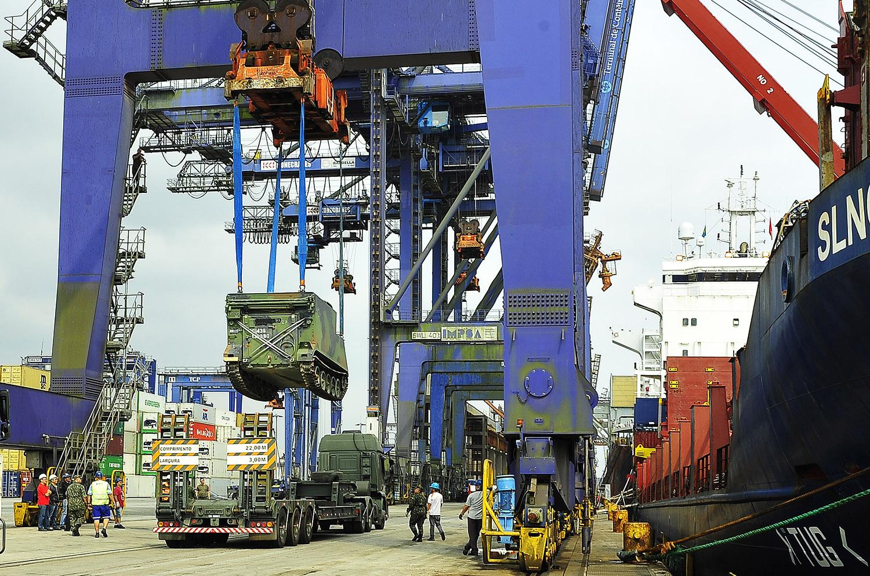 O Porto de Paranaguá desembarcou nesta segunda-feira (19) um carregamento de 52 veículos blindados para uso do Exército Brasileiro. Paranaguá, 19/09/2016. Foto: Ivan Bueno/APPA