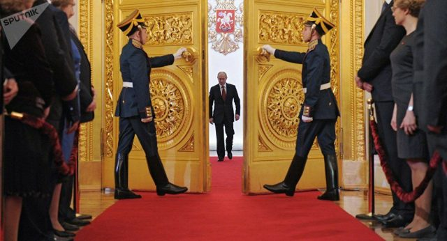 Vladimir Putin chegando para tomar posse do seu quarto mandato presidencial