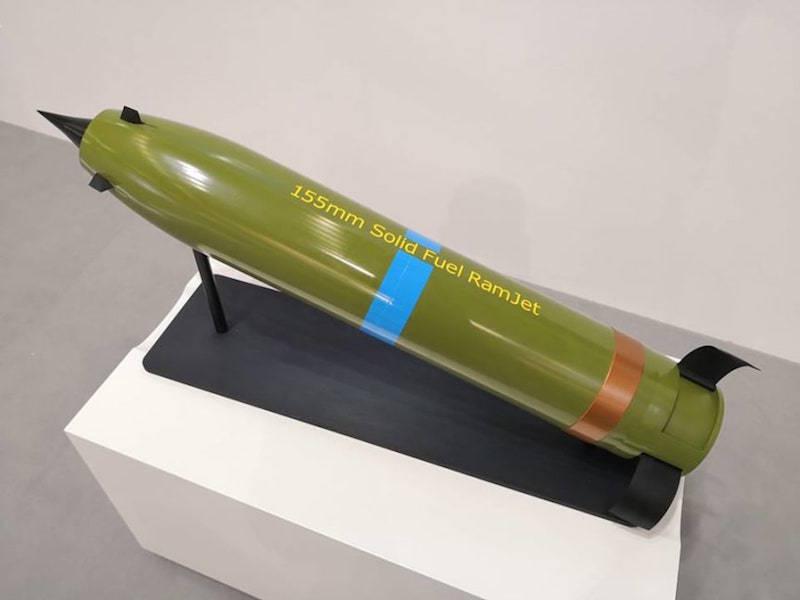 Projéteis assistidos por foguete (RAP) existem há décadas, mas a Nammo deu um passo adiante usando um ramjet de combustível sólido para alcances de mais de 100km, e que não requer modificação do canhão de 155mm. (Foto: Nammo)