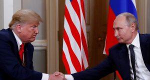 O presidente dos EUA Donald Trump e o presidente da Rússia Vladimir Putin apertam as mãos durante encontro em Helsinki, na Finlândia - Foto Kevin Lamarque-Reuters