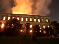 Pessoas assistem ao fogo queimando o Museu Nacional no Rio de Janeiro.- Foto: REUTERS/Ricardo Moraes