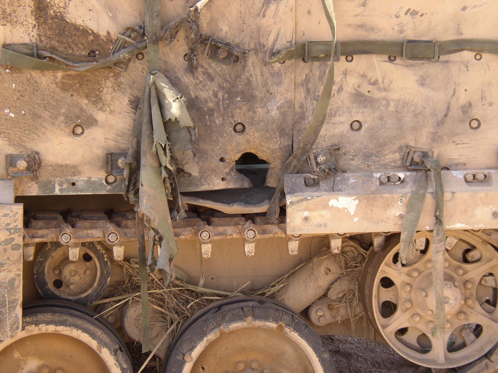 M2 Bradley atingido por RPG