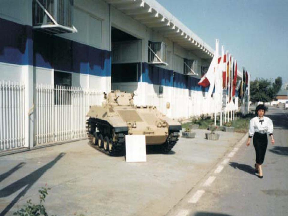 Protótipo do Ogum exposto em frente ao prédioonde ocorreu a Exposição Internacional de Equipamentos de Defesa em Bagdá em 1989 (FOTO: Engesa)