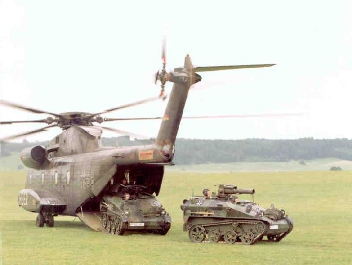 Dois MaK Wiesel desembarcando de um helicóptero CH-53G do Exército da Alemanha. O exemplar da direita é do modelo TOW Al e o exemplar da esquerda é do modelo Mk 20 Al (FOTO: Bundesheer)