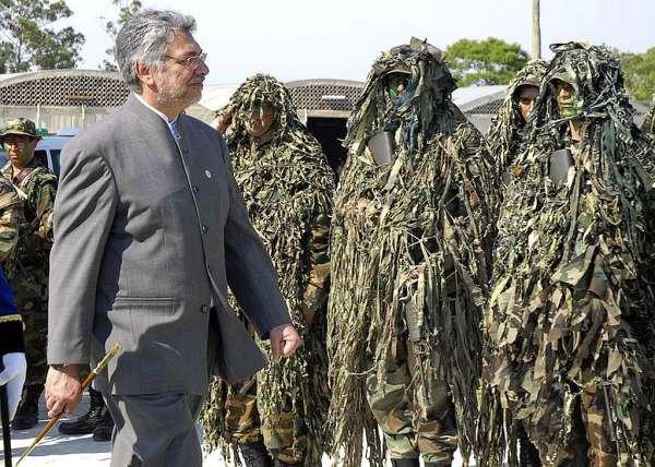 Fernando Lugo revista tropas exército Paraguaio - foto Reuters, via Gazeta do Povo