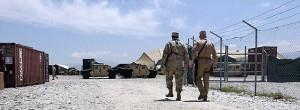 Soldados dos Estados Unidos vigiam a prisão da base aérea de Bagran (Afeganistão)