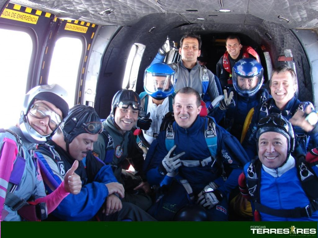 Gen. Peternelli e equipe de salto livre civil.