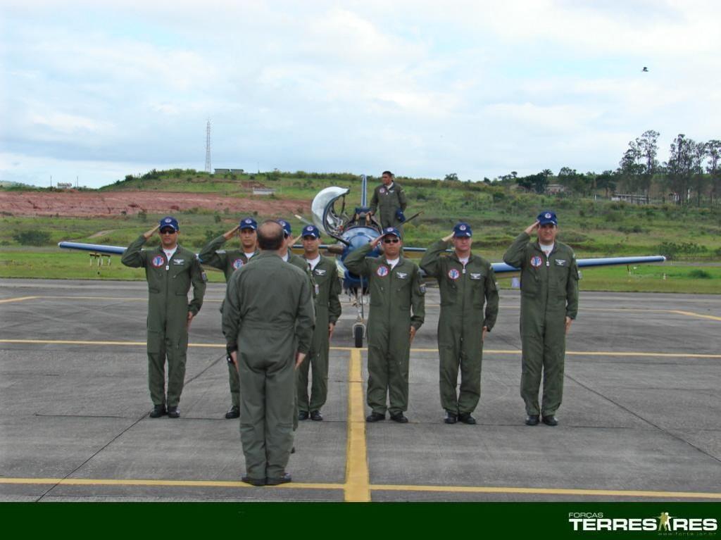 Apresentação dos tripulante do EDA ao Gen. Peternelli