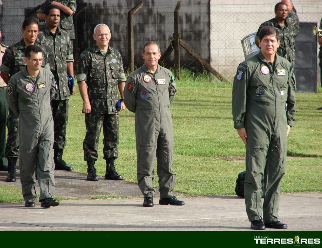 Cel. Paulo Ricardo dá o comando de embarque.