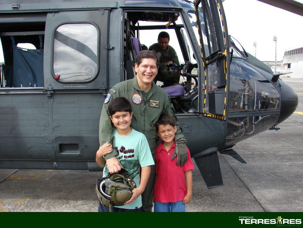 Cel. Paulo Ricardo recepcionado pelo seu filho e um sobrinho