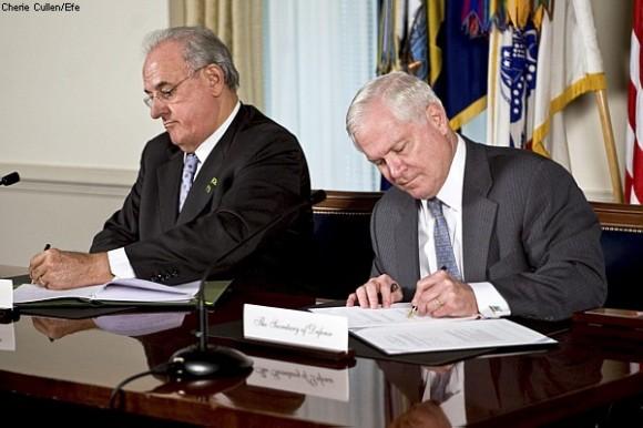Nelson Jobim e Robert Gates assinam acordo às margens da Conferência de Segurança Nuclear