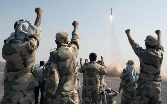 Membros da Guarda Revolucionária iraniana celebram lançamento de míssil em exercícios militares no Irã