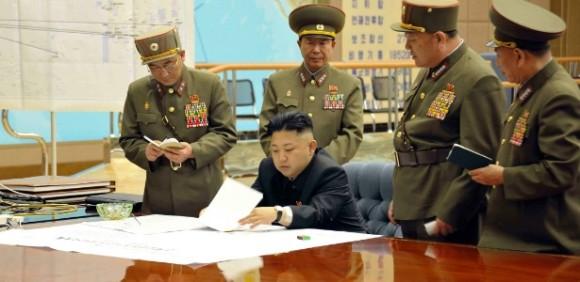 29mar2013 - Kim-Jong-Un-reuniao de emergencia - foto KCNA-Reuters via UOL