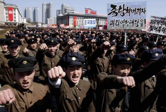 Norte-coreanos em manifestação apoiando governo em 29-3-2013 - foto Jon Chol Jin - AP via G1