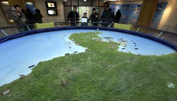 Visitantes olham mapa da Península da Coreia na Coreia do Sul neste sábado 30-3-13 - Foto AP via G1