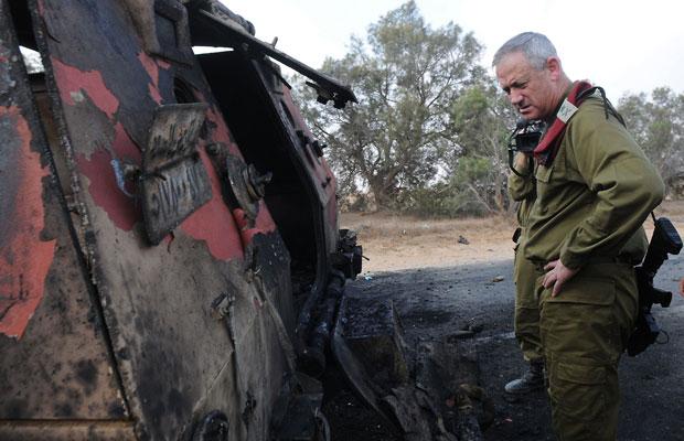 O general Benny Gantz do exército de Israel inspeciona veículo queimado depois que homens que cometeram atentando contra guardas egípcios invadiram Israel - Os cinco foram mortos - Foto Gal Ashuach-IDF-AFP