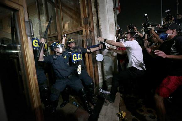 Confronto de manifestante que ataca a prefeitura e guarda municipal de SP - foto via Folhapress