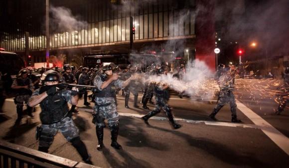 Enfrentamento manifestanes e PM-SP em 13jun - foto 2 Estadao via G1