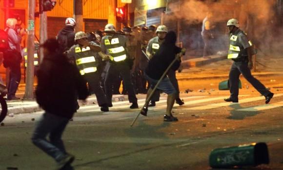 Enfrentamento manifestanes e PM-SP em São Paulo em 13jun - foto 3 Estadao via G1