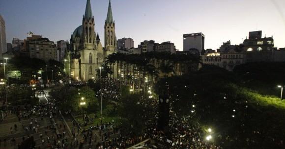 Praça da Sé em 18 de junho de 2013 durante manifestações - foto via Uol