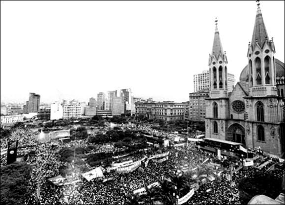Praça da Sé em 1984 durante as manifestações Diretas Já - foto via preservaSP