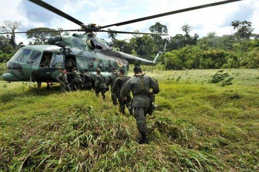 Forças armadas tropas do Equador decolam da fronteira com a Colombia em 2009 - foto AFP