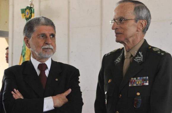 Ministro da Defesa Celso Amorim e Comandante do Exército General Enzo Martins Peri - foto Agência Brasil