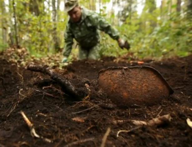 19jan2014---voluntarios-russos-estao-fazendo-buscas-em-antigos-campos-de-batalha-sovieticos-para-localizar-os-restos-mortais-dos-soldados-da-segunda-guerra-determinados-a-dar-a-eles-um-enterro-digno
