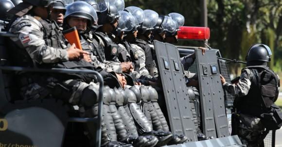 22junho2013---tropa-de-choque-da-policia-faz-seguranca-no-entorno-da-arena-fonte-nova-antes-da-partida-entre-brasil-e-italia-1371919390391_956x500