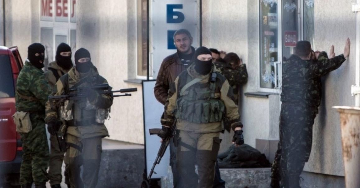 Soldados russos prendem oficiais do Exército ucraniano durante uma operação em Simferopol Ucrânia FOTO Alisa Borovikova AFP