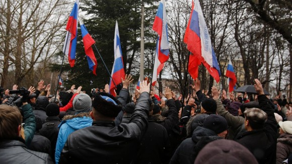 27fev2014-manifestantes-agitam-bandeiras-russas-na-regiao-da-crimeia-ucrania-a-policia-ucraniana-esta-em-alerta-depois-que-dezenas-de-homens-pro-russia-invadiram-e-tomaram-os-edificios