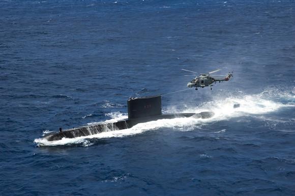Submarino Tapajó S33 realizando pick-up com helicóptero Super Lynx