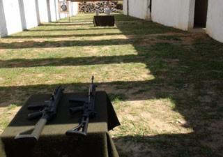 Em estande de tiro de quartel em Osasco, militares testam o FAL (à direita) e o IA2 (à esquerda) (Foto: Tahiane Stochero/G1)