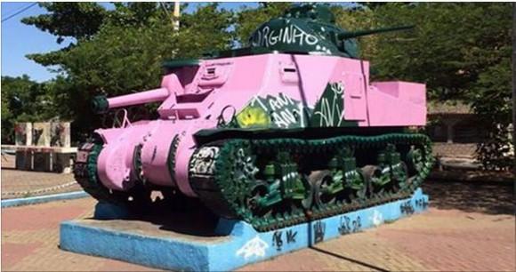 tanque pintado de rosa