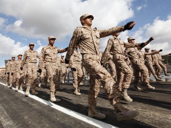 Soldados marcham durante cerimônia de graduação em Trípoli, capital da Líbia, em 16 de janeiro. Os militares, Os militares, destruídos por anos sob Muamar Kadafi e por ataques da OTAN, enfrenta múltiplos desafios enquanto tentam se reconstruir - Foto Ismail Zitouny -Reuters - Landov