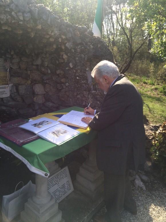 Wagner deixa mensagem no livro de honra da gruta em que oravam os pracinhas antes da batalha na Itália