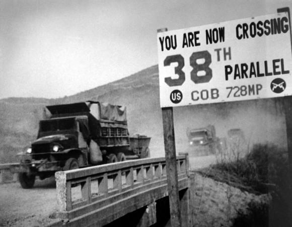 Guerra da Coreia - Crossing the 38th parallel. United Nations forces withdraw from Pyongyang, the North Korean capital. They recrossed the 38th parallel. 1950. (USIA) Exact Date Shot Unknown NARA FILE #: 306-FS-259-21 WAR & CONFLICT BOOK #: 1433