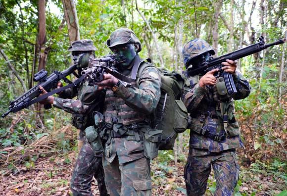 Brasil - Soldados das 3 Forças Armadas Brasileiras