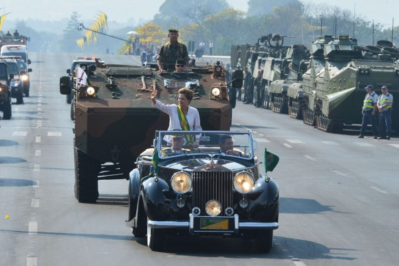 crise militar - Dilma no desfile de 7 de setembro de 2015