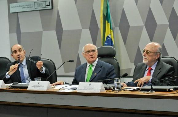 Senador Lasier Martins, entre os convidados Sami Hassuani, da Abimde, e o professor da FGV Renato Flôres Junior