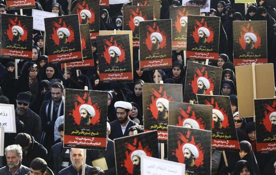Com cartazes e retratos, manifestantes iranianos protestaram contra a execução de Nimr Baqir al Nimr