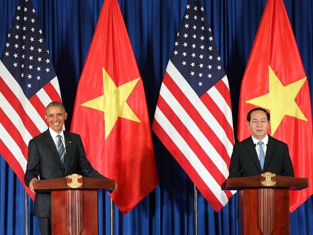 Barack Obama e o presidente do Vietnã Tran Dai Quang dão entrevista em Hanói em 23 de maio de 2015 - AFP