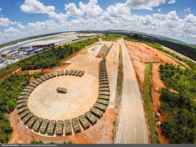 Guaranis do EB no pátio da Iveco