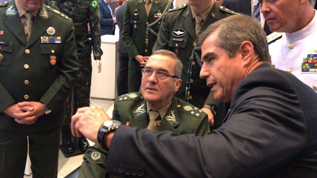O comandante do Exército, general Eduardo Dias da Costa Villas Bôas, visitando o estande da IMBEL