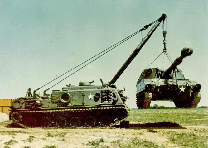 Um M88A1 içando um M109