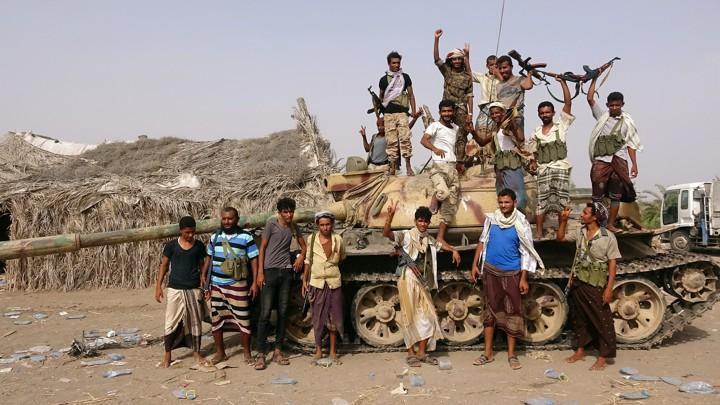 Combatentes tribais leais ao governo do Iêmen junto a um tanque em al-Faza, perto de Hodeida, no Iêmen, em 1º de junho.