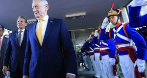 O ministro da Defesa brasileiro, Joaquim Silva e Luna (esquerda), e o secretário da Defesa dos EUA, James Mattis, em Brasília. Foto JOÉDSON ALVES EFE